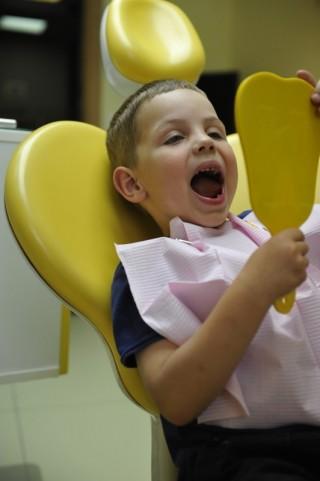 Як захистити дитину від стресу - прості поради батькам перед відвідуванням дитячого стоматолога.
